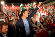 Pedro Sánchez saluda a simpatizantes socialistas en Dos Hermanas (Sevilla).