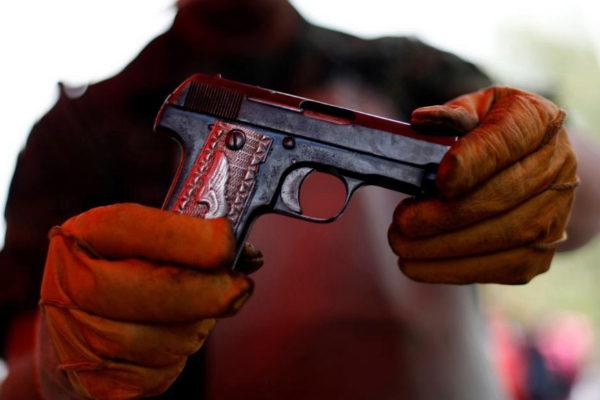 Un hombre muestra su arma en México.
