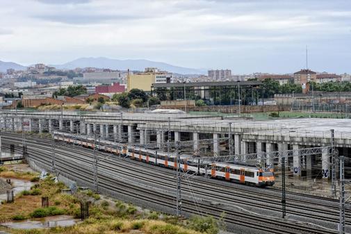 Entrada de un convoy de Rodalies en la estación de La Sagrera, en Barcelona