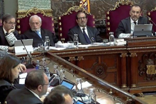 El presidente del tribunal, Manuel Marchena (dcha.), durante el...