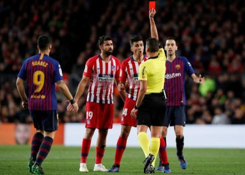 Gil Manzano expulsa a Diego Costa en el Camp Nou.
