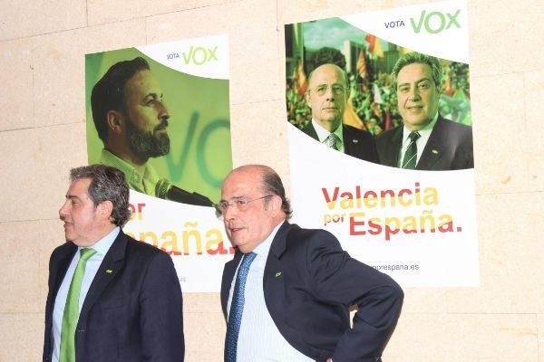 El candidato a la Generalitat por VOX, José María Llanos, con el cabeza de lista al Congreso por Valencia, Ignacio Gil Lázaro.
