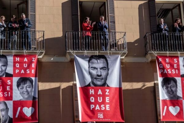 dfa4b7044 Pegada de carteles del PSIB en Palma. CATI CLADERA EFE. Empieza la campaña  ...