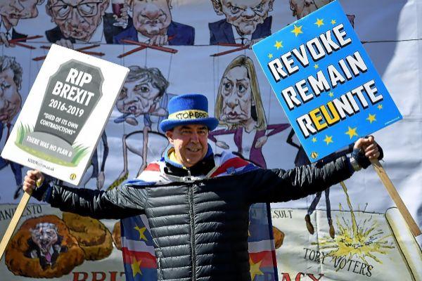 Un hombre contrario al 'Brexit' protesta ante las puertas del Parlamento en Londres.
