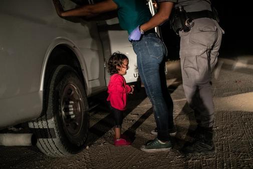 El fotógrafo de Getty Images, John Moore, ha ganado el premio World Press Photo of the Year 2019 con esta foto de la solicitante de asilo hondureña de dos años llorando mientras su madre es registrada y detenida cerca de la frontera México-Estados Unidos en McAllen.