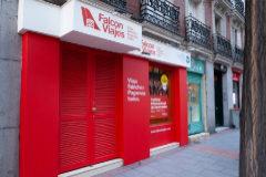El PP abre una agencia de viajes satírica junto a la sede del PSOE en Ferraz.
