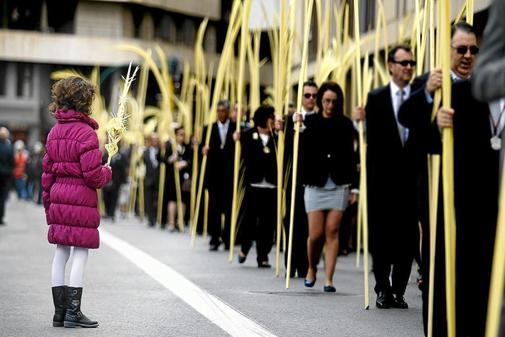 Una niña disfruta del Domingo de Ramos en Alicante, en foto de archivo.