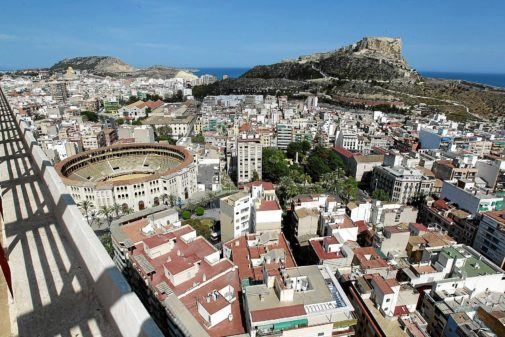 Vista panorámica del barrio de Carolinas en Alicante, con el Castillo de Santa Bárbara al fondo y la Plaza de Toros abajo a la izquierda, en primer plano.