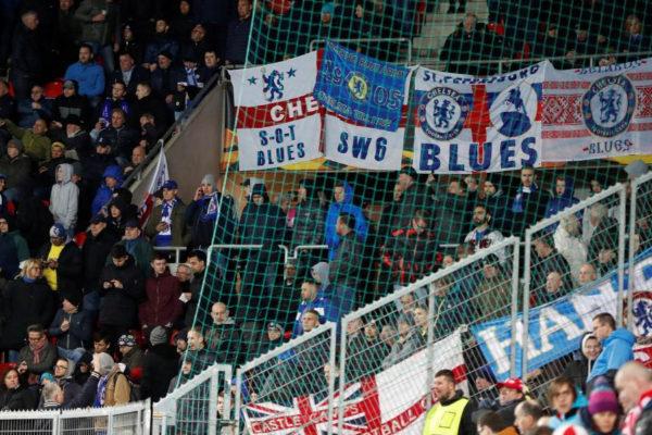 Los hinchas del Chelsea, en la grada del estadio del Slavia.