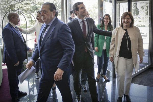 Pablo Casado, junto a Vicente Boluda, presidente de la CEV, e Isabel Boning.
