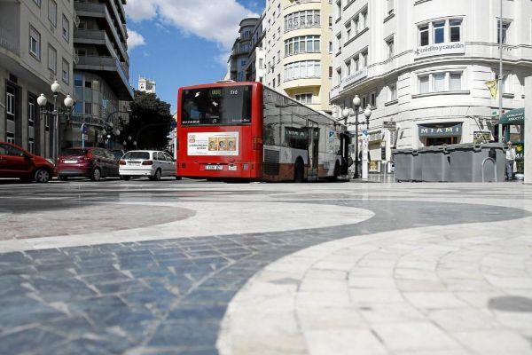 Un autobús de la línea roja en la Explanada de España.