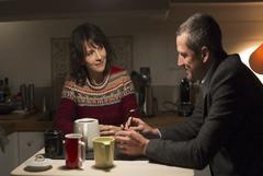 Juliette Binoche y Guillaume Canet en un momento de 'Dobles vidas'.