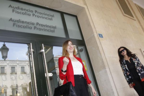 La concejal Nerea Belmonte a las puertas de la Audiencia Provincial