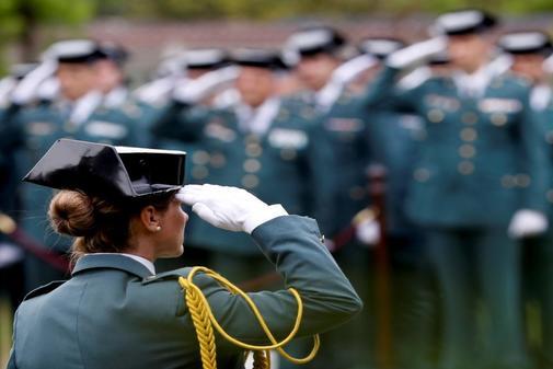 Agentes de la Guardia Civil participan este viernes en el acuartelamiento de Intxaurrondo en San Sebastián, en la toma de posesión del coronel jefe de la Comandancia de la Guardia Civil de Gipuzkoa José Luis González Urteaga.