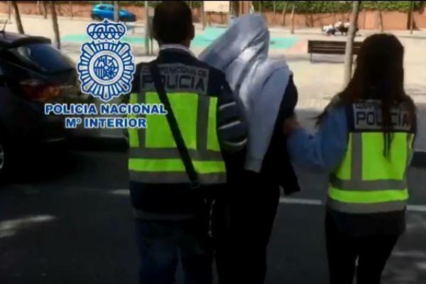 Momento de la detención del fugitivo, en su casa de Alicante