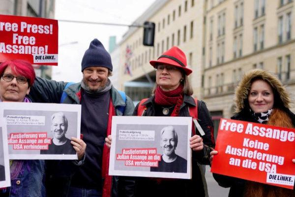 Un grupo de manifestantes muestran pancartas para pedir la liberación Julian Assange en Berlín.