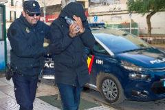 Un agente de Policía traslada a un detenido a los antiguos juzgados de Ibiza.