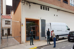 Efectivos de la Guardia Civil ante la vivienda de Vinaròs.