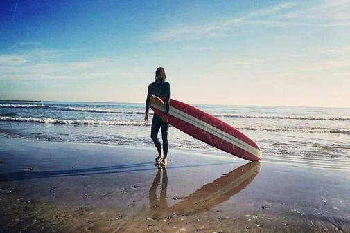 Pepe, 'capitán Surfocker, sale de la playa tras una 'sesión' de surf.