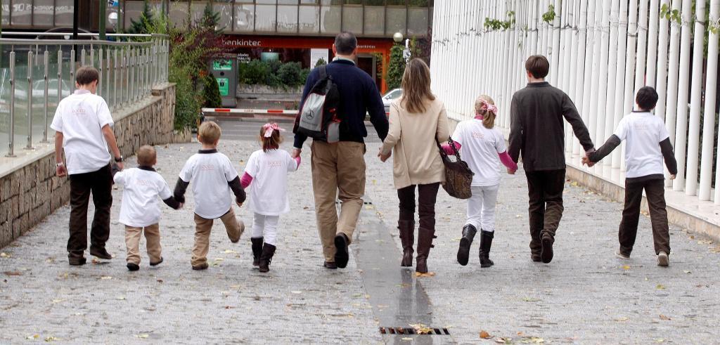 Una pareja padres de familia numerosa, con sus siete hijos.
