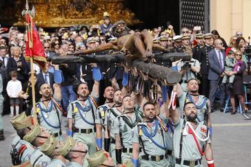 Legionarios traslada el Cristo de la Buena Muerte, la pasada Semana Santa, en Málaga.