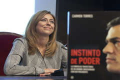 La periodista Carmen Torres, junto a su libro.