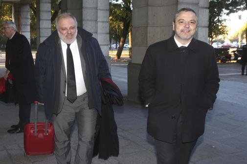 Fernando Mellet, en los juzgados de Sevilla con su abogado, José Manuel Carrión.