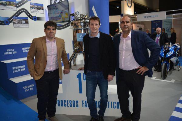 El director general de Afarvi, Juan Antonio de la Cuerda (derecha), con otros responsables de la firma en un certamen industrial.