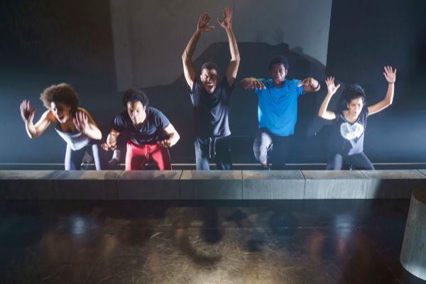 Los actores durante un ensayo.
