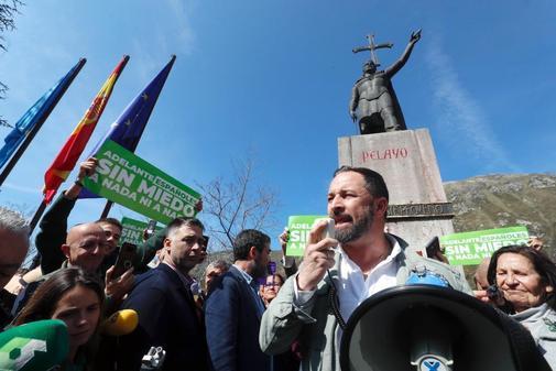 Santiago Abascal, ante la estatua de Don Pelayo en Covadonga