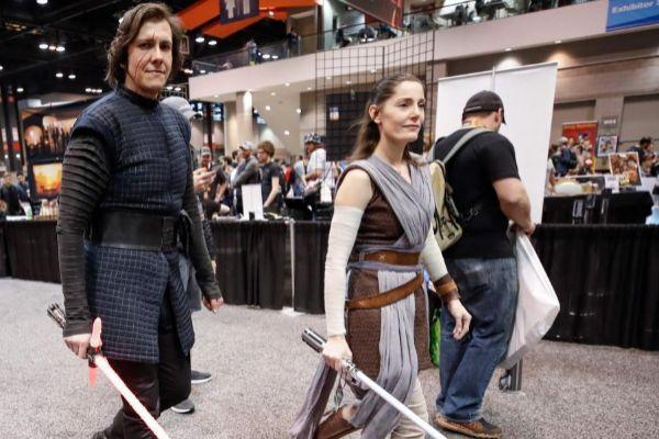 Los fanáticos de <em>La Guerra de las Galaxias</em>, en la<em> Star Wars Celebration</em> disfrazados de Kylo Ren y Rey.