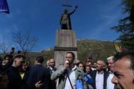 Santiago Abascal, bajo la estatua de Don Pelayo en Covadonga