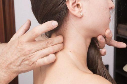 El esguince cervical se produce por el mecanismo de hipertensión brusca del cuello, seguida de una flexión también repentina, o al contrario.