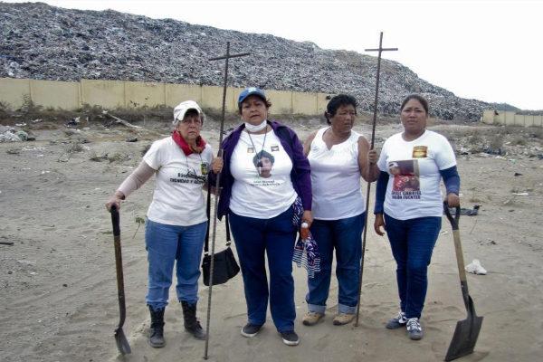 Integrantes del Colectivo Solecito junto al basurero de Veracruz.