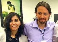La actual secretaria de Migraciones de Podemos, junto a Pablo Iglesias cuando le asesoraba en la Eurocámara.