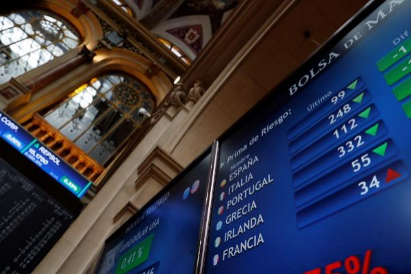 Panel informativo de la Bolsa de Madrid que muestra los valores de la...
