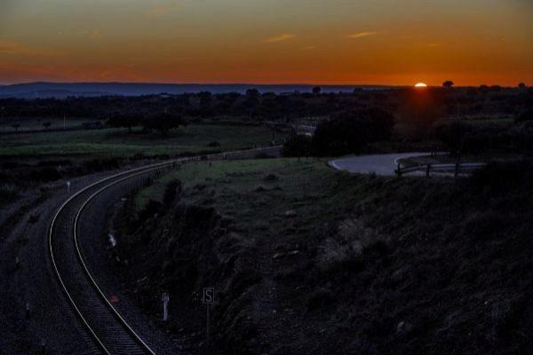 Un paso de las vías del tren por Extremadura.