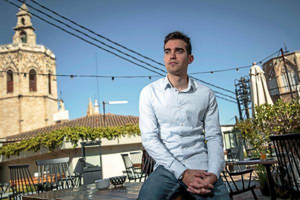 Carlos Gil, número 19 en Valencia por el Partido Popular a las Cortes valencianas, en la terraza del Hotel Cathedral Suites.