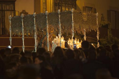El palio de la Esperanza de Triana, durante su procesión en la madrugá del año pasado.