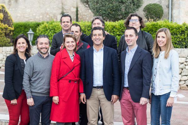 Marga Durán, junto al presidente del PP Biel Company y algunos candidatos al Consell por el partido.