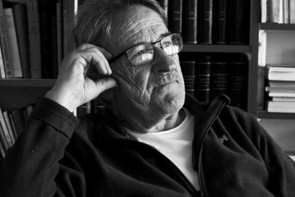 Licenciado en Filosofía en la Sorbona de París, fue profesor de secundaria e impartió clases de Antropología social en la Universidad del País Vasco. En 'Ensayo y error ' hizo un repaso de su vida y en 'El abrazo' (ambos en Almuzara) dio cuenta de su reencuentro con Dios y el cristianismo