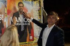 Damián Macías, durante la pegada de carteles.