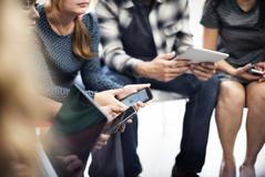 Un grupo de jóvenes utilizando móviles y tablets.