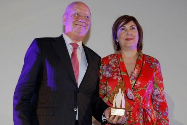El Dr. Francisco Ivorra recoge el premio de manos de la Dra. María Isabel Moya, Presidenta del Colegio de Médicos de Alicante