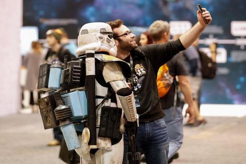 Un visitante a la convención 'Star Wars Celebration' se fotografía con una persona disfrazada, este viernes en Chicago.