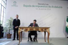 Moreno Bonilla firma el decreto de la bajada de impuestos en San Telmo.