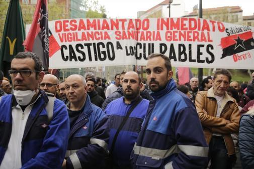 Concentración de trabajadores del Metro de Madrid, en la Plaza de los Cubos, junto a los juzgados de la Calle Princesa, durante el juicio por el amianto.