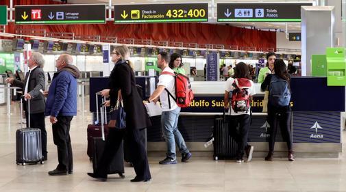Un grupo de viajeros en el aeropuerto de Barajas.