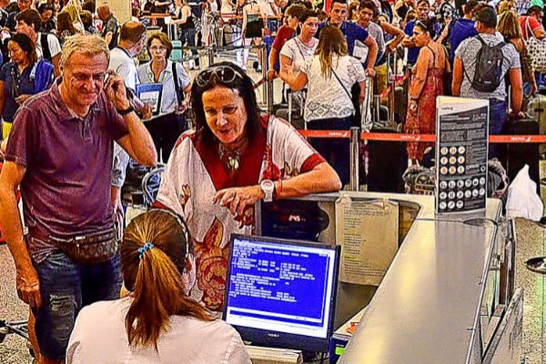 Turistas en los mostradores del aeropuerto de Palma.
