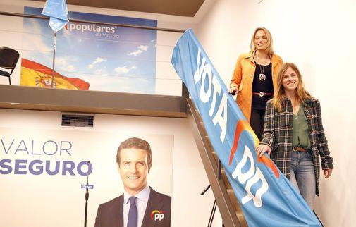 Bea Fanjul junto a Raquel González en la sede electoral del PP en Bilbao.